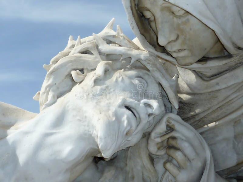 Jésus Souffrant Dans Des Mains De Marie Images stock