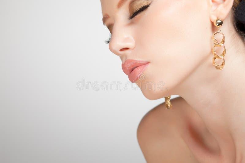 Jóia desgastando da mulher bonita, imagem limpa foto de stock royalty free
