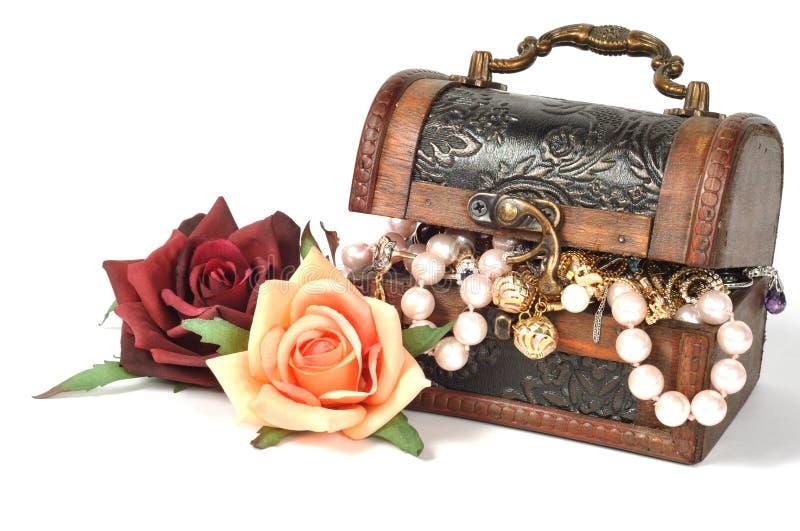 Jóia e flores artificiais fotografia de stock royalty free