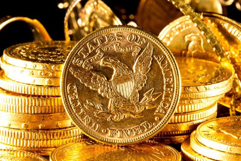 Jóias e moedas de ouro fotos de stock royalty free
