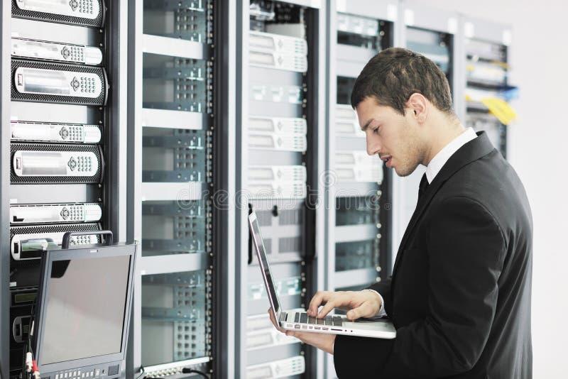 Jóvenes él ingeniero en sitio del servidor del datacenter fotos de archivo libres de regalías