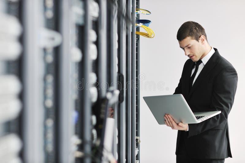 Jóvenes él ingeniero en sitio del servidor del datacenter imagen de archivo libre de regalías