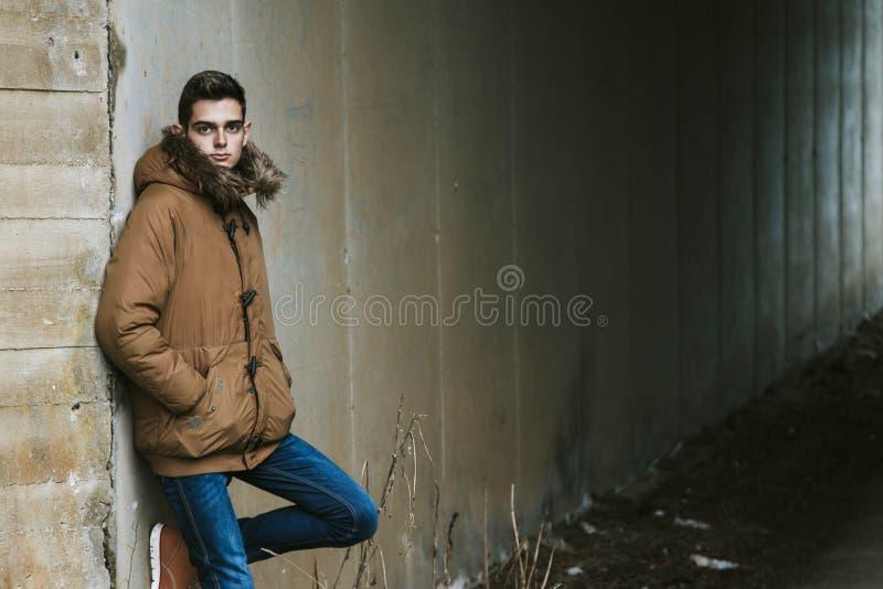 Jóvenes en invierno foto de archivo