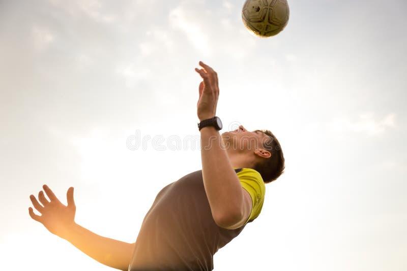 Jóvenes, hombre masculino que juega a fútbol foto de archivo
