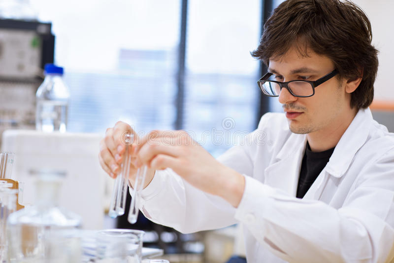Jóvenes, investigador de sexo masculino/estudiante de la química foto de archivo libre de regalías