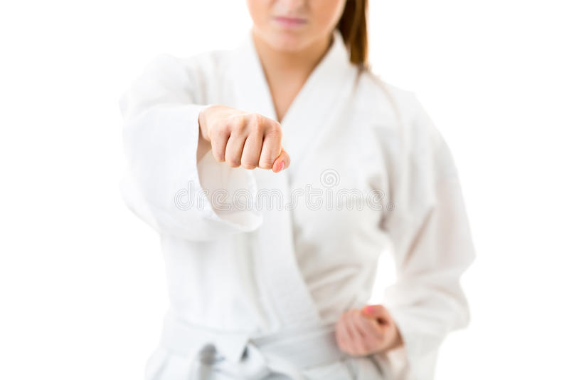jóvenes, mujer que realiza movimientos del karate fotografía de archivo libre de regalías