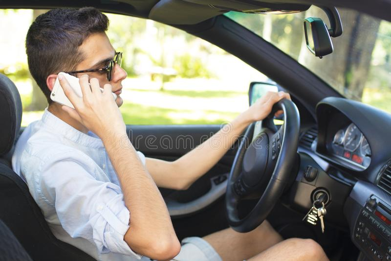 Jóvenes que conducen hablar en móvil fotografía de archivo