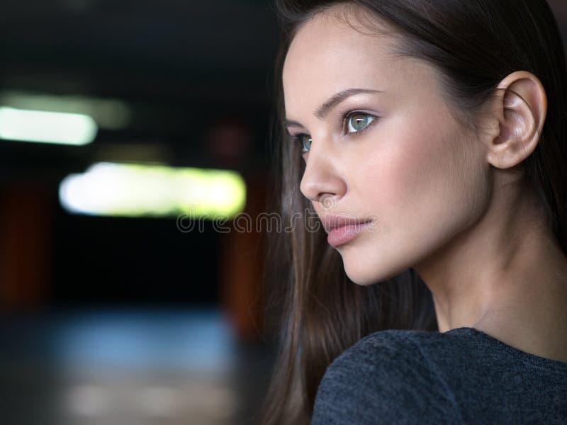 Jóvenes urbanos de la cara de la ciudad hermosa del retrato de la mujer imagenes de archivo