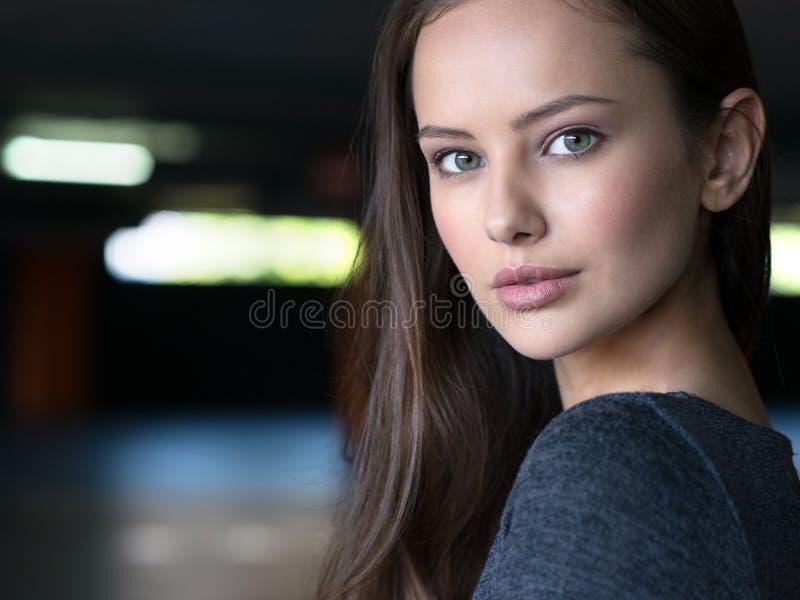 Jóvenes urbanos de la cara de la ciudad hermosa del retrato de la mujer fotografía de archivo