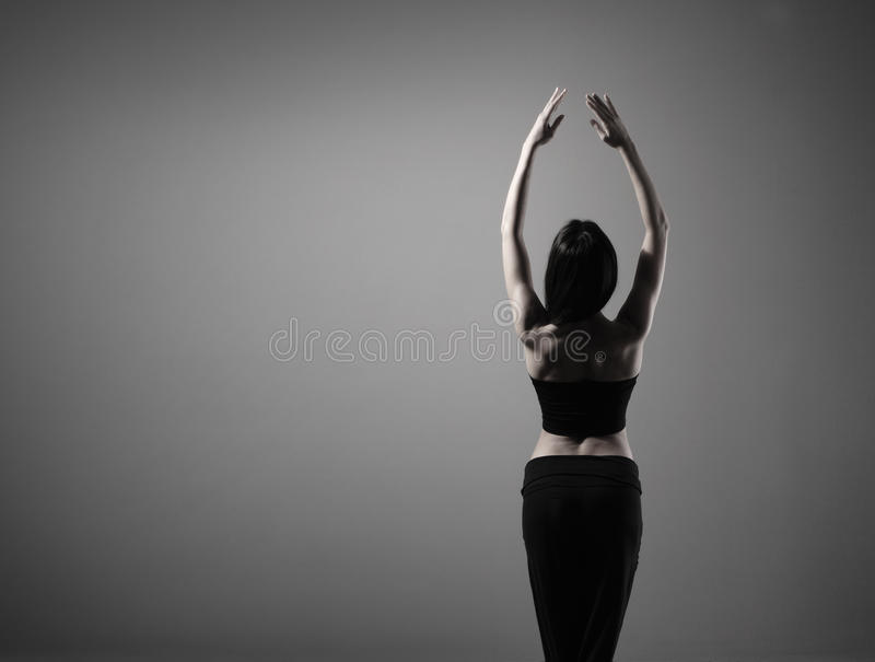 Jóvenes y un bailarín trigueno del ajuste en ropa negra fotografía de archivo