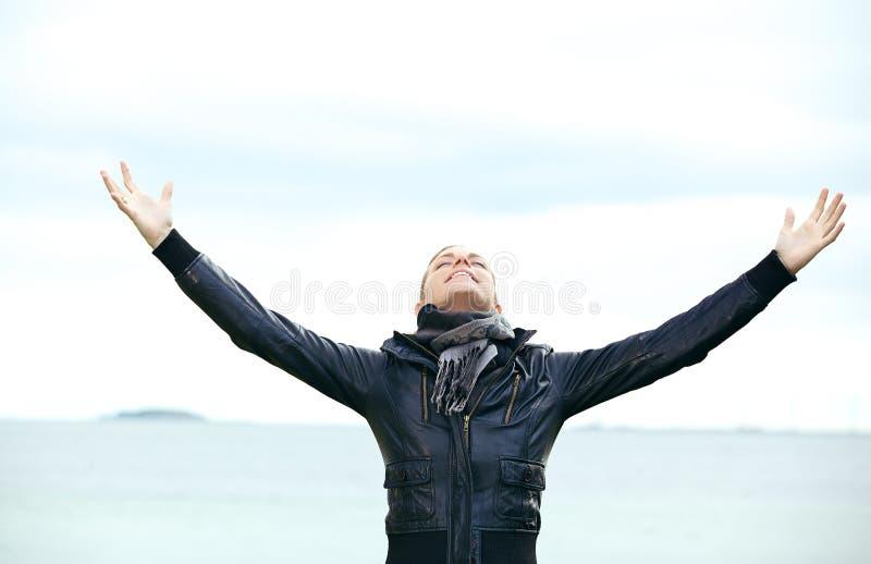Júbilo da mulher com os braços extendidos foto de stock