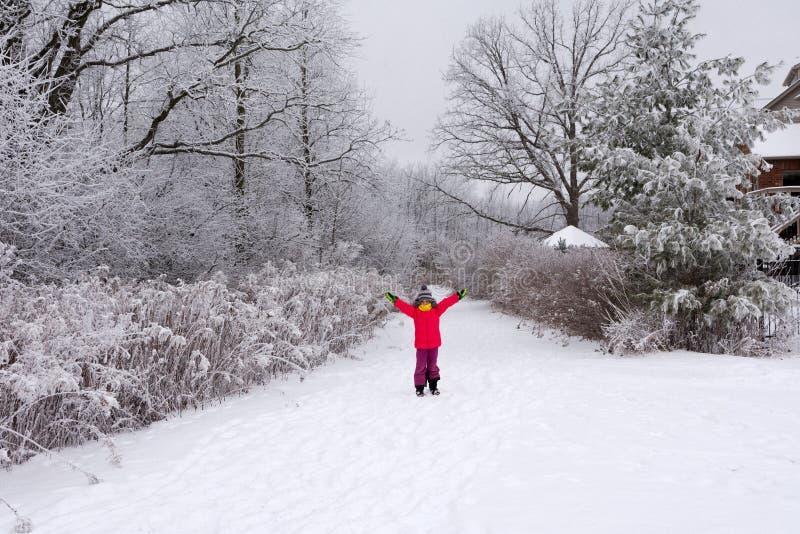 Júbilo de la muchacha en invierno y días de fiesta de escuela fotografía de archivo