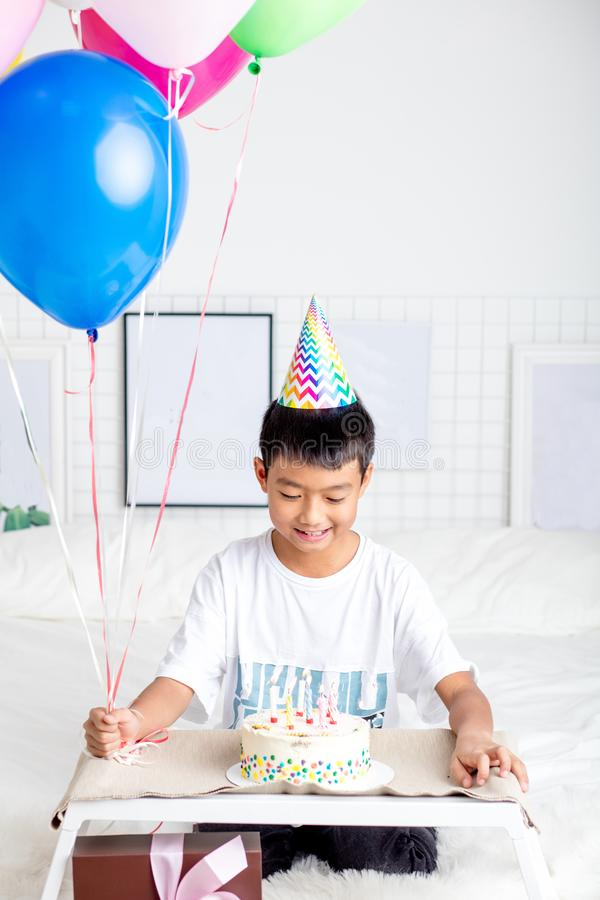 Júbilo feliz do rapaz pequeno no bolo bonito dentro fotos de stock