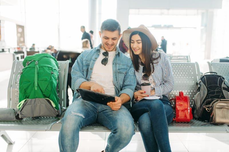 Júntese con la salida que espera del equipaje para, aeropuerto imágenes de archivo libres de regalías