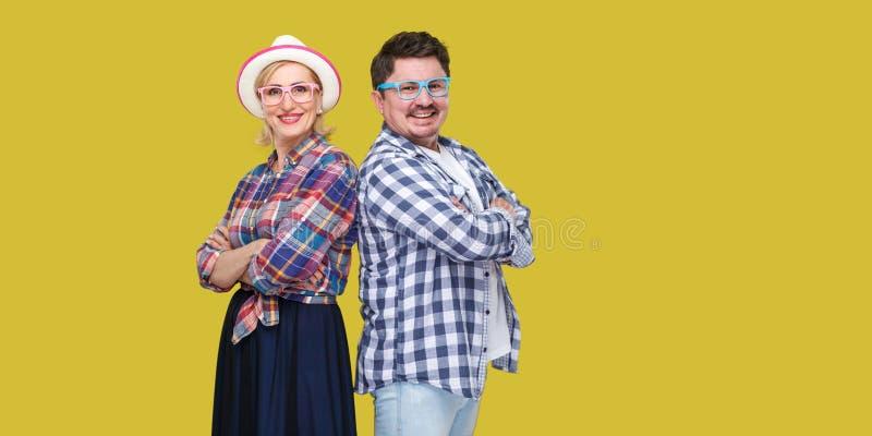Júntese de amigos, de hombre adulto y de mujer en la camisa a cuadros casual que se une de nuevo a la parte posterior con los bra imagen de archivo