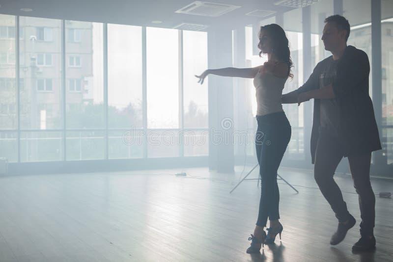 Júntese de los bailarines que muestran su estilo hermoso del kizomba fotos de archivo libres de regalías