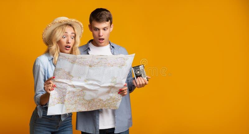 Júntese de los viajeros que miran en mapa con choque foto de archivo