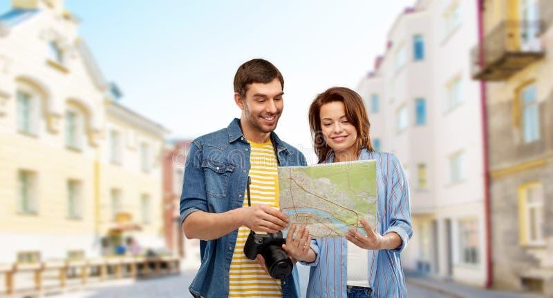 Júntese de turistas con el mapa y la cámara en ciudad imágenes de archivo libres de regalías