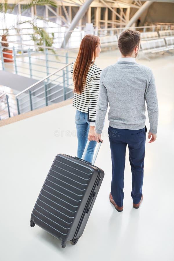 Júntese en el aeropuerto en llegada o salida fotos de archivo libres de regalías