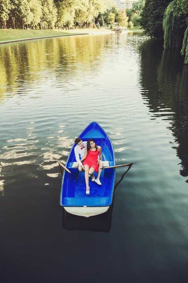 Júntese en el amor que abraza en barco al aire libre fotografía de archivo libre de regalías