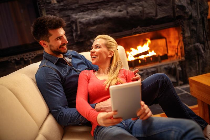 Júntese en el amor que abraza y que usa la tableta fotografía de archivo libre de regalías