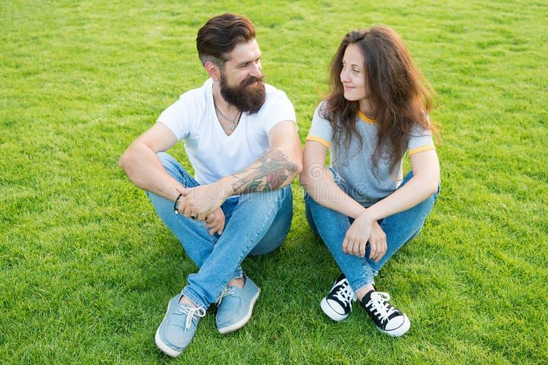 Júntese en el amor que se relaja en césped verde Datación de la novia juguetona y del novio Pares preciosos al aire libre Soulmat fotos de archivo