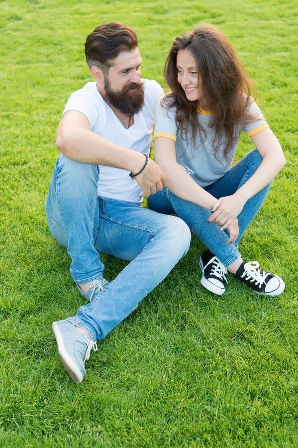 Júntese en el amor que se relaja en césped verde Pares preciosos al aire libre Felicidad simple Junte las metas de las relaciones fotografía de archivo libre de regalías