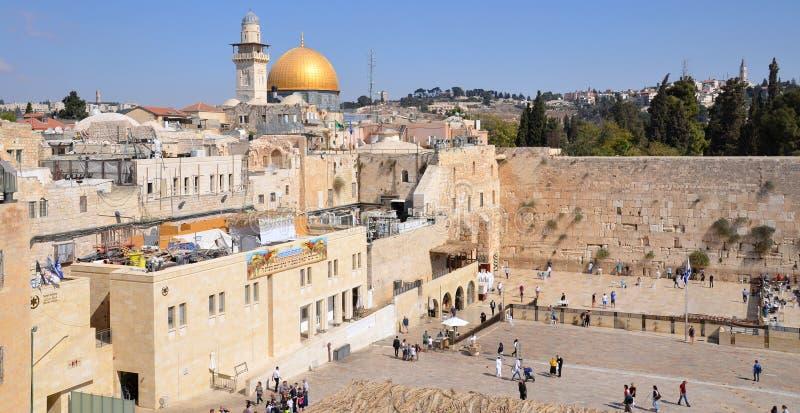 Jüdisch beten Sie an der Klagemauer stockfotografie