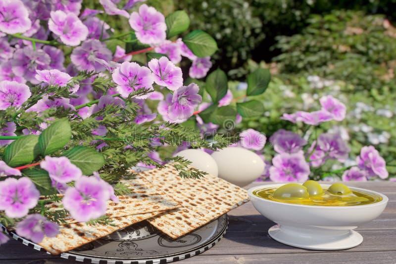 Jüdisch feiern Sie pesach Passahfest mit Eiern, Olive, Matzo und Blumen auf Naturhintergrund stockfoto