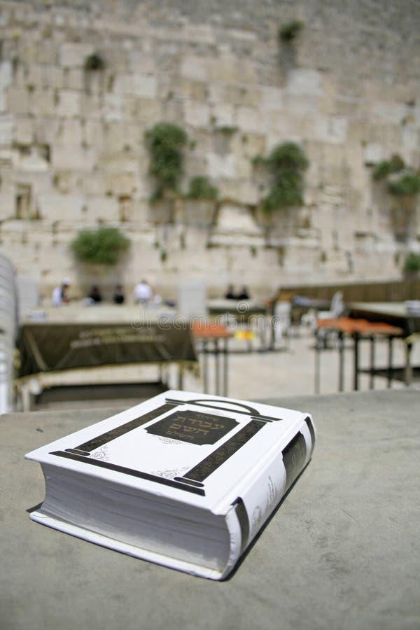 Jüdische Bibel auf Tabelle lizenzfreies stockfoto