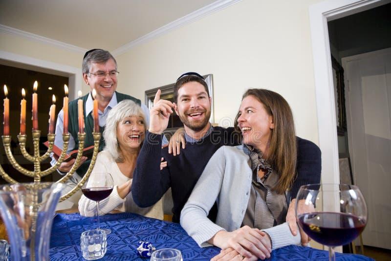 Jüdische Familie, die Chanukah feiert stockbilder
