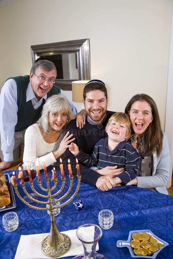 Jüdische Familie, die Chanukah feiert stockbild