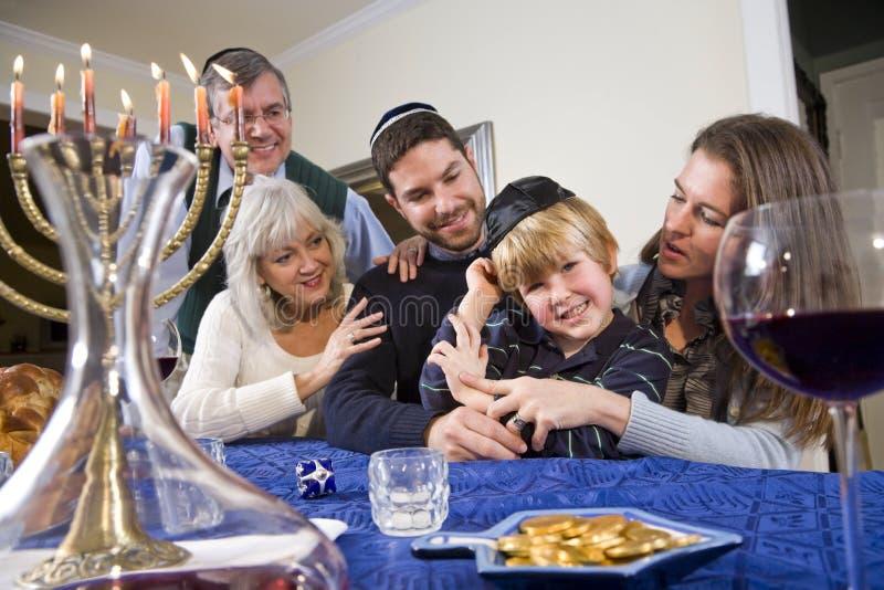 Jüdische Familie, die Chanukah feiert stockfotos