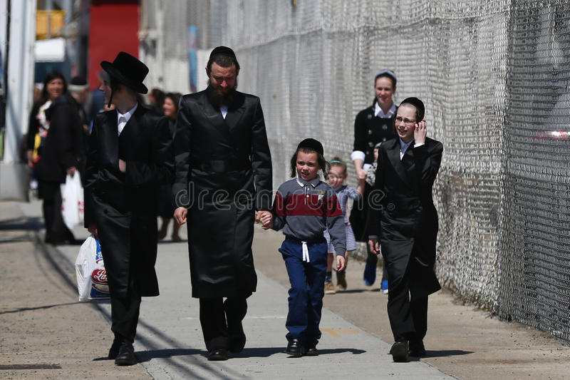 Jüdische Familie genießen draußen während des Passahfests bei Coney Island in Brooklyn, New York lizenzfreie stockbilder