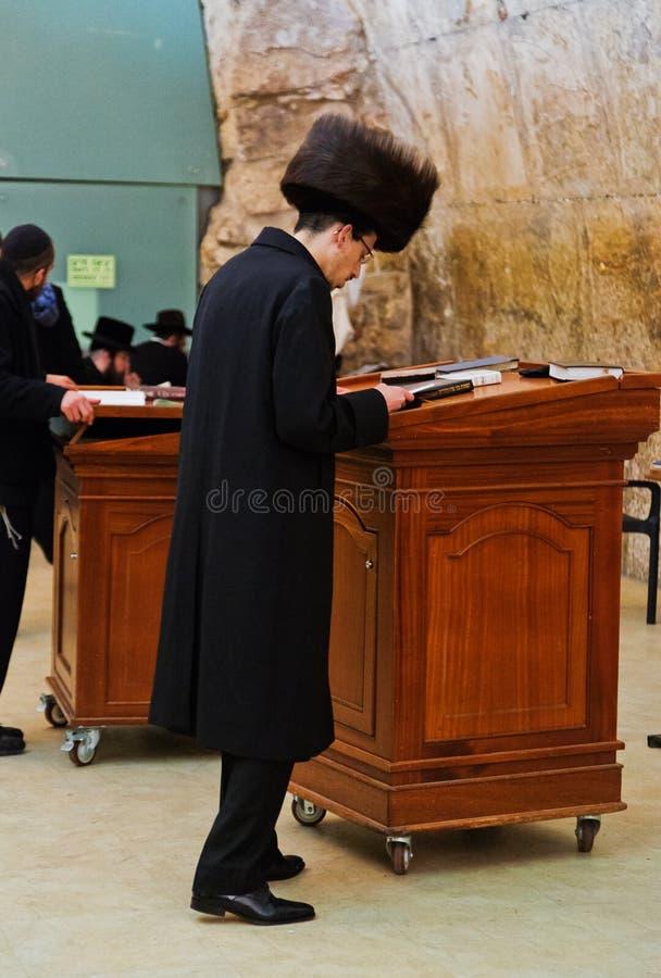 Jüdische hasidic beten die Klagemauer der alten Stadt von Jerusalem stockfoto