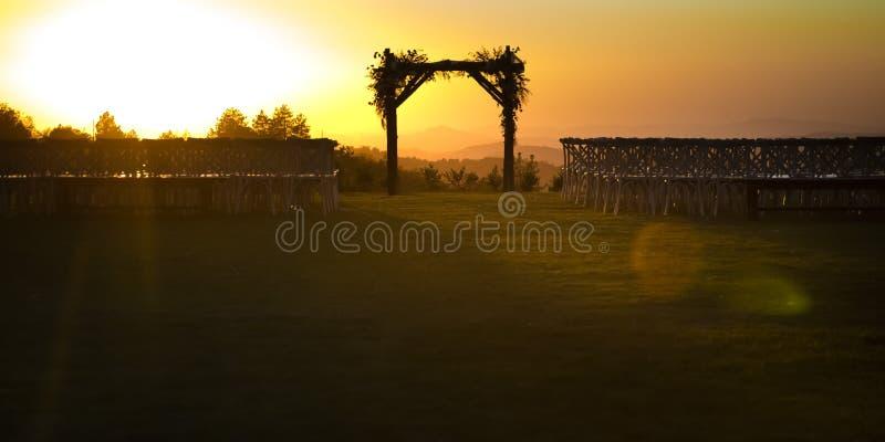 Jüdische Hochzeit chuppah gegen den goldenen Sonnenuntergang lizenzfreie stockfotos