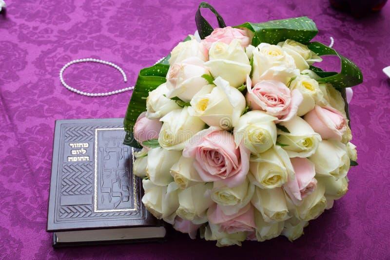 Jüdische Hochzeit Hände der Braut und des Bräutigams Zer-kalah u. Mahzor (sidur) lizenzfreie stockbilder
