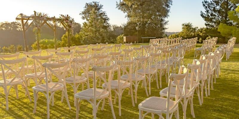 Jüdische Hochzeit im Freien gründete auf einem sonnenbeschienen Rasen stockbild