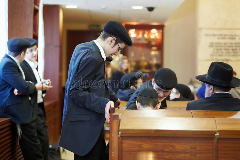 Jüdische Jungen in der Synagoge in Moskau-Synagoge lizenzfreie stockfotos