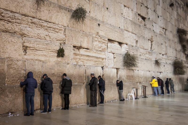 Jüdische Männer, die beten - Klagemauer - altes Jerusalem, Israel lizenzfreie stockbilder