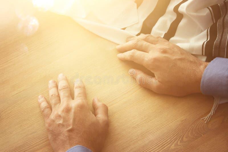 Jüdische Mannhände nahe bei tallit jüdisches traditionelles Symbol Rosh-hashanah jüdisches Neujahrsfeiertag, Shabbat und Jom Kipp lizenzfreie stockbilder
