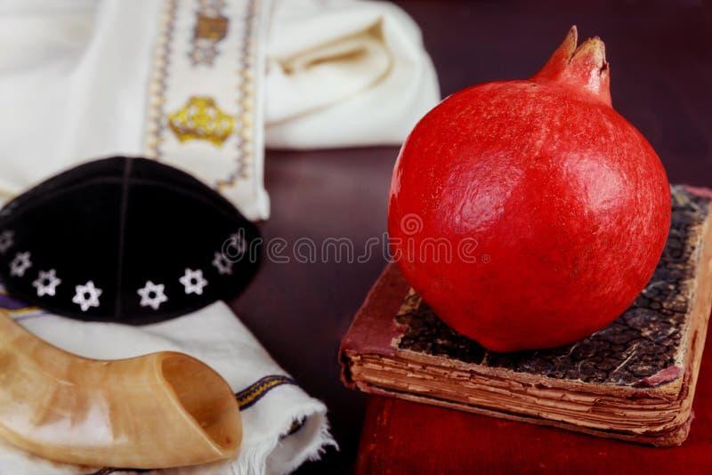 jüdische neue traditionelle Nahrung Jahr Rosh Hashana und torah Buch, kippah yamolka talit lizenzfreie stockfotografie