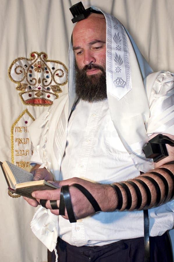 Jüdischer betender Mann stockfotografie