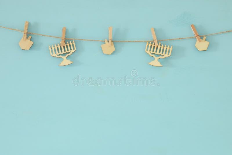 jüdischer Feiertag Chanukka-Hintergrund mit dekorativem hölzernem menorah u. x28; traditionelles candelabra& x29; und Kreisel lizenzfreie stockbilder