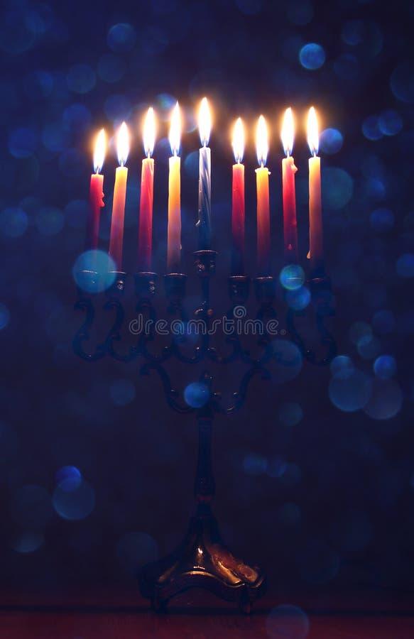 jüdischer Feiertag Chanukka-Hintergrund mit menorah u. x28; traditionelles candelabra& x29; und brennende Kerzen lizenzfreies stockbild