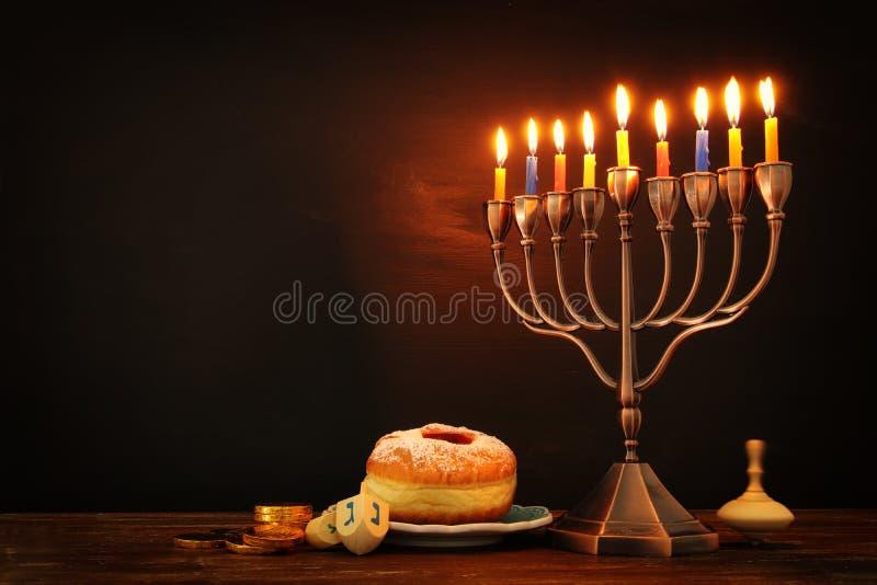 jüdischer Feiertag Chanukka-Hintergrund mit traditioneller spinnig Spitze, menorah u. x28; traditionelles candelabra& x29; und br lizenzfreies stockfoto