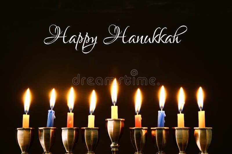 jüdischer Feiertag Chanukka-Hintergrund mit traditioneller spinnig Spitze, menorah u. x28; traditionelles candelabra& x29; und br stockbild
