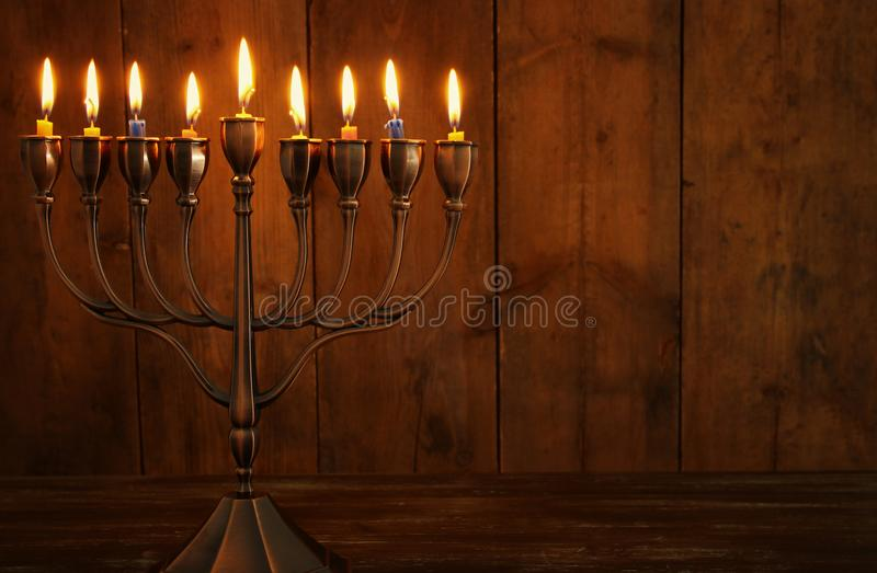 jüdischer Feiertag Chanukka-Hintergrund mit traditioneller spinnig Spitze, menorah u. x28; traditionelles candelabra& x29; und br lizenzfreies stockbild