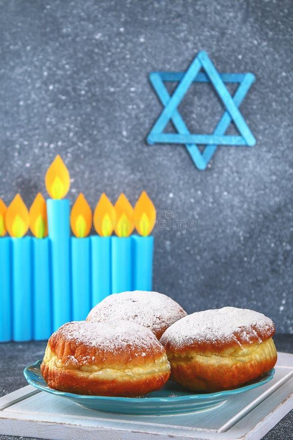Jüdischer Feiertag Chanukka und seine Attribute, menorah, Schaumgummiringe, Davidsstern Hanukkah menorah Chanukka-Feiertag Jüdisc lizenzfreie stockfotos