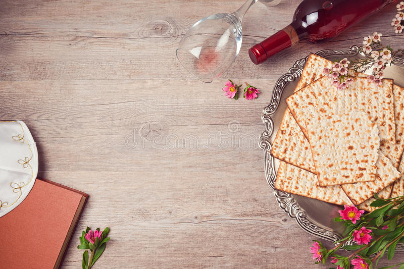 Jüdischer Feiertag Passahfesthintergrund mit Matzah, seder Platte und Wein Ansicht von oben lizenzfreie stockfotos